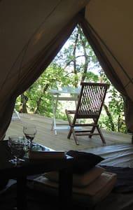 Tente et terrasse dans les bois - Figeac