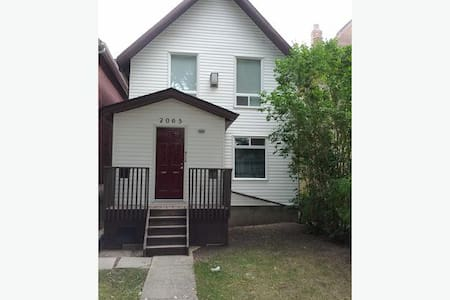 Clean, Quiet, Great Location and Nicely Rennovated - Regina - House