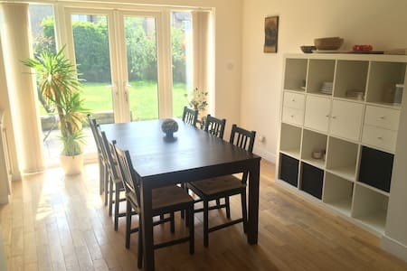 Cosy 3 bed house  (10 minutes from train station) - Casa