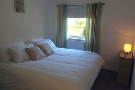 Fresh and bright room, near beach - Troon