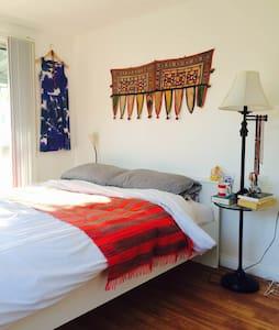 Bright & sunny room near the beach! - Hus