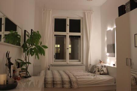 Gemütliches Zimmer in Altbauwohnung - sehr zentral - Berlin - Appartement
