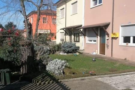 casa indipendente con giardino - House