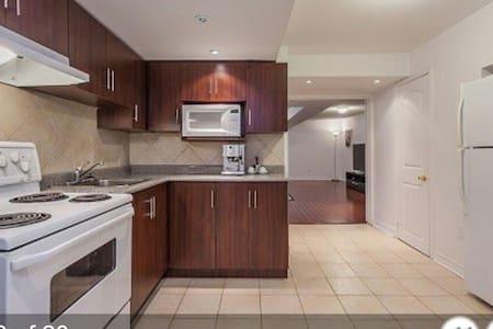 半地下室采光通风,两张床,独立厨房、卫浴,5分钟上404高速,免费停车 - Rivitalo