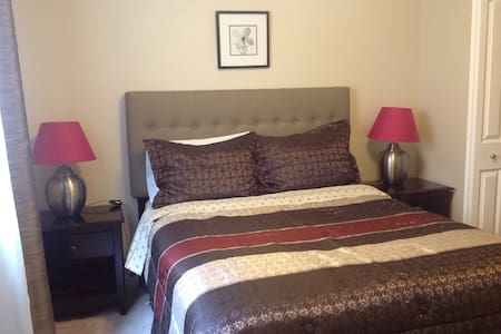 Close to AIRPORT QueenBed own Bath - Maison