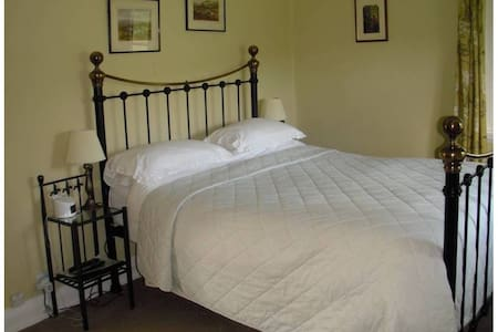 Easton Court Superior Double 8 - Bed & Breakfast