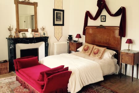 Double ensuite room in chateau - Montpinchon