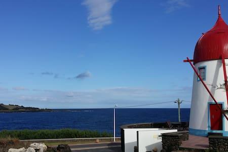 Moinho em frente ao mar - Santa Cruz Da Graciosa