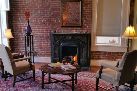 NuLu Pearl Bed & Breakfast - 126 Years Old - Louisville - Apartment