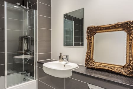 Double Bedroom & Private Bathroom - Brighton - Apartment