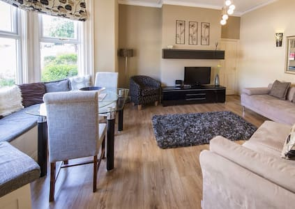 Large apartment with 3 superking en suite bedrooms in the centre of Harrogate opposite the Conference Centre with parking. Can be booked with Strawberry 2 next door to accommodate up to 14 guests.