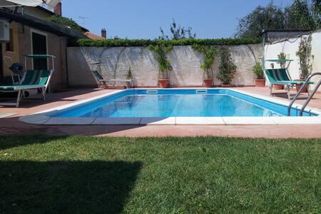 Комната в доме у моря с бассейном - Casa
