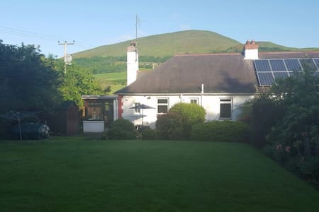 Edinburgh Cottage by Pentland Hills - Hus