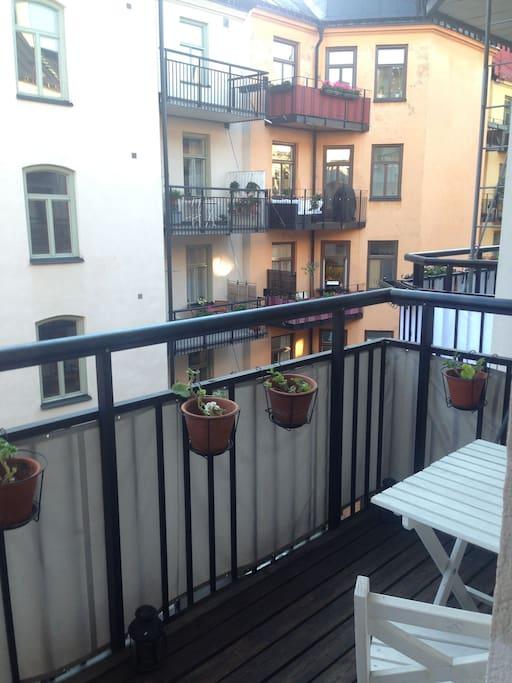 Den rymliga balkongen med utsikt över den tysta och mysiga innergården