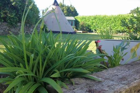 Glamping Tipi in cottage garden. - St Austell
