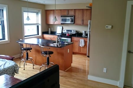 1 BR Eastern market, close to Metro