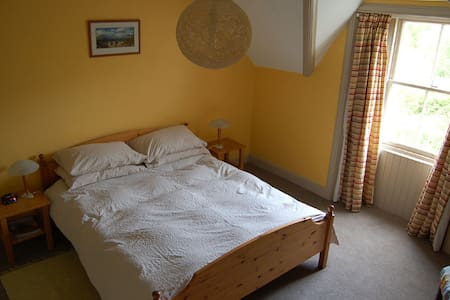 Crown House Bee and Bee 1 - Bed & Breakfast