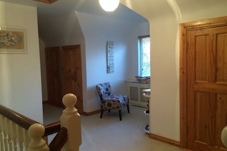 Charming house 7 min walk to town - Hus