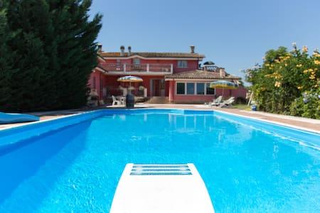 Porzione di villa con piscina - Villa
