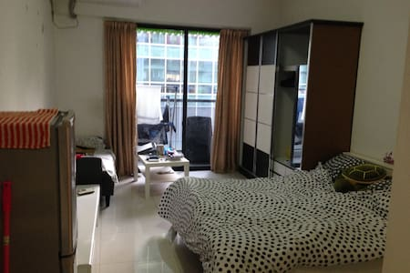 Come stay in my apartment! It's clean, comfortable, and centrally located in  Zhujiang Newtown. You'll be close to pubs, malls, grocery stores, tourist attractions, the Pearl River and two main subway lines (line 3 and 5 are both 5 to 10 mins away).