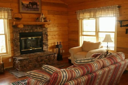Log cabin mountain retreat on five acres - Edgewood - Cabane