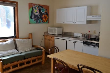 Chalet Kitchenette -LINENS PROVIDED-Tamarack Lodge - Szoba reggelivel