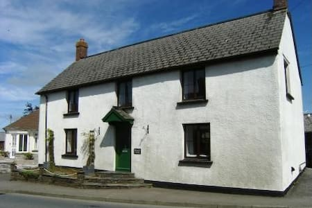 Cornwall Cottage in village nr Bude - Rumah