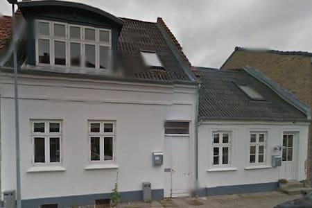 Stort lyst værelse med eget bad/indgang i Sydbyen. - Silkeborg