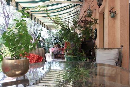 beautiful room with a garden, bath, - Wohnung