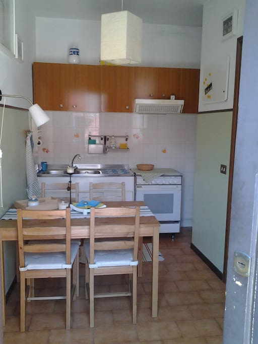 entrata con cucina, tavolo con 4 sedie - entrance with kitchen, with table and 4 chairs