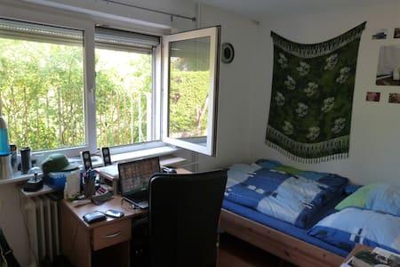 Helles Zimmer in 3er-WG - Rumah