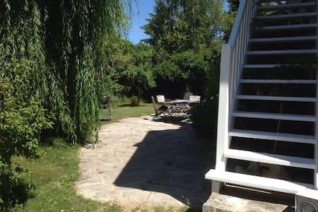 independant studio in a big garden - Huis