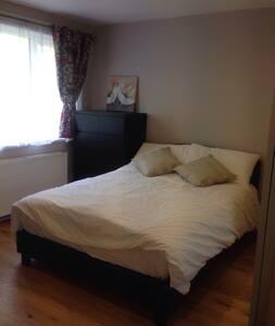 Bright sunny comfy en-suite room