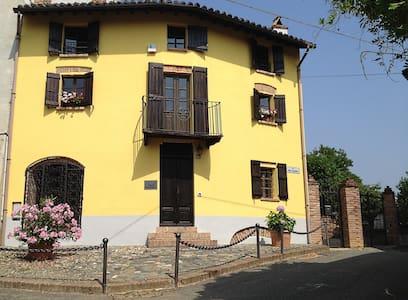Altes Backhaus in Maranzana 700 J - Rumah