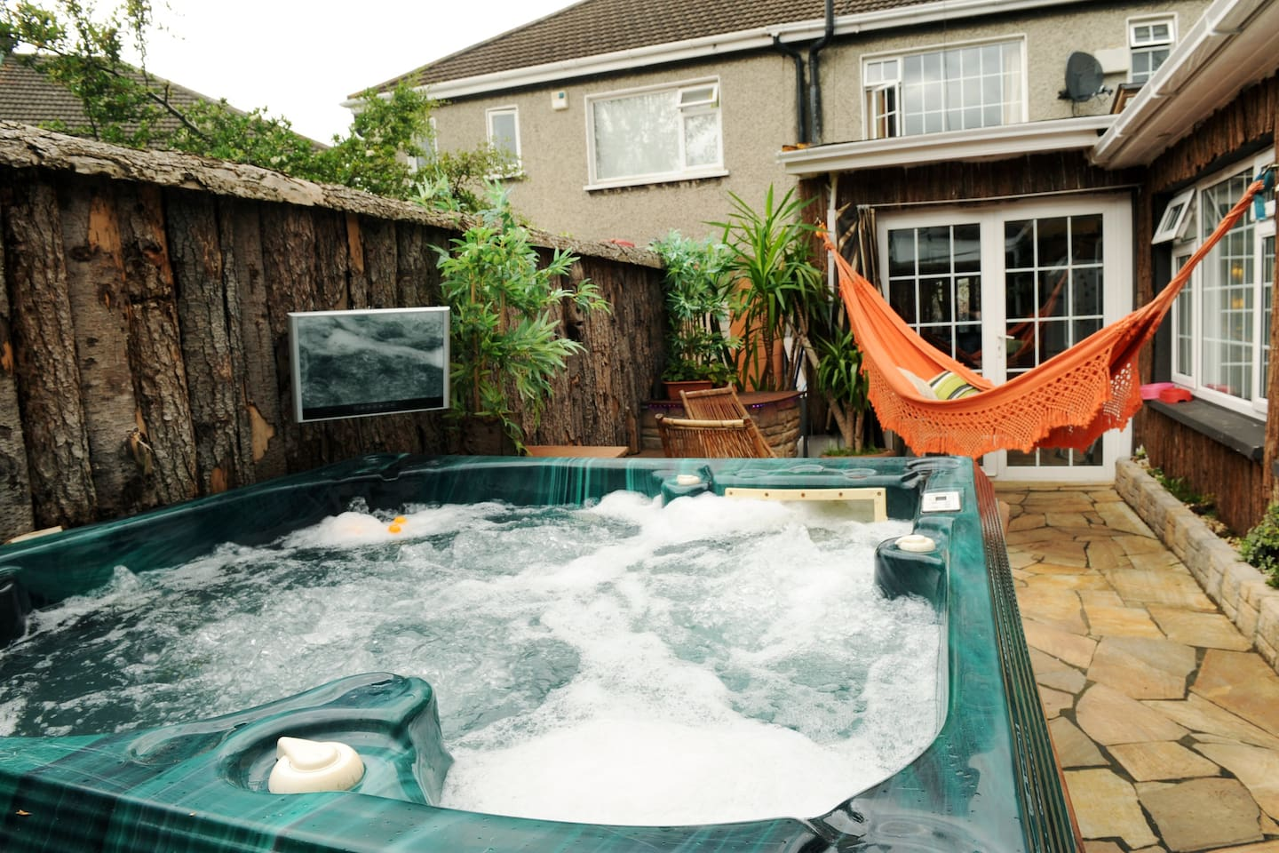 WoW !!! Outside HUGE Hottub / hammock / bbq /Moodlighting/ TV / Music ..