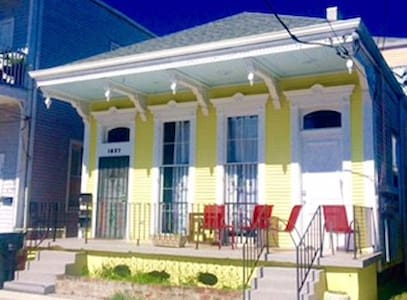 Beautiful one bedroom just a block to St. Charles - New Orleans - Apartment