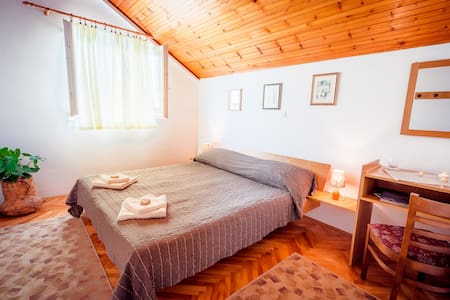 ELAPHITES: Cozy & Quiet Double Room