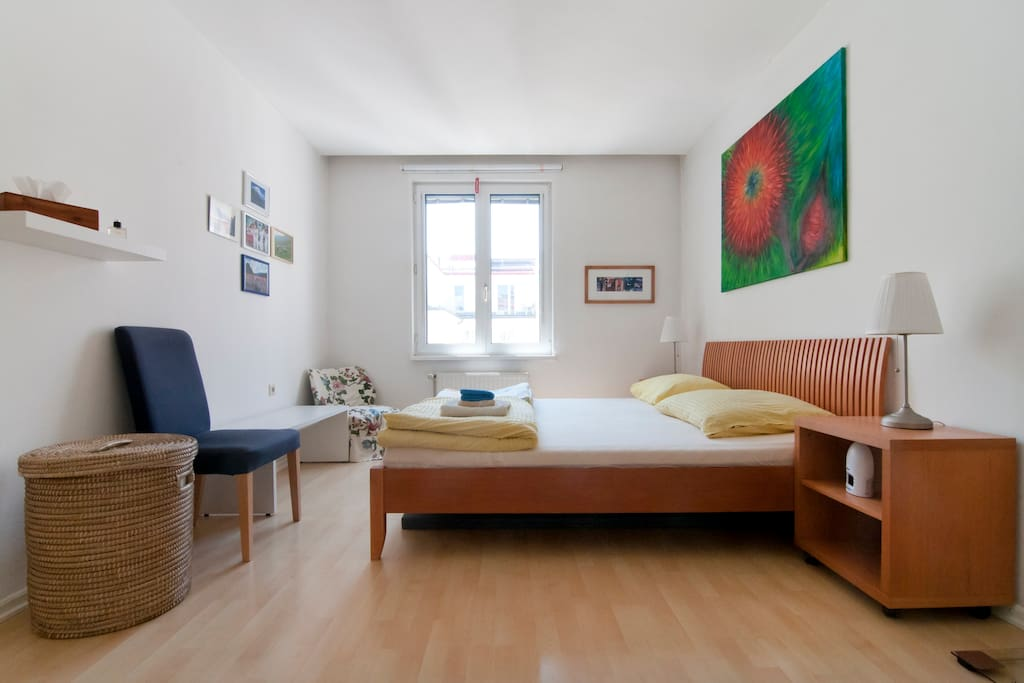 Comfortable king-size bed (180x200 cm). Quiet bedroom (facing courtyard).