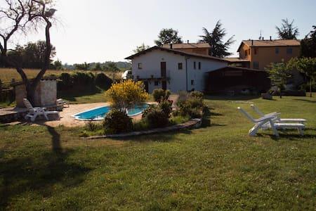 casa con panorama e piscina