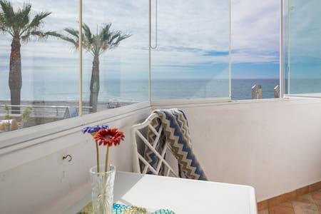 Fabulous Beach Front Studio - Apartment