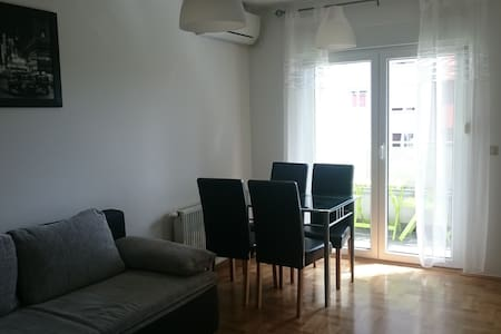 Newly renovated in quiet area with private parking - Apartment