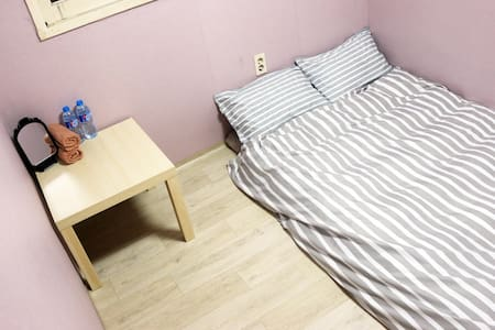 Cozy Room near Sinchon, Ewha, and Hongdae(Hongik) - Appartement