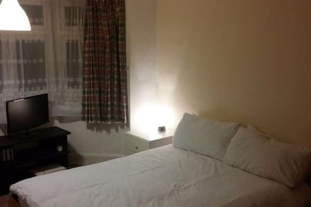 Large double room ideal location - House