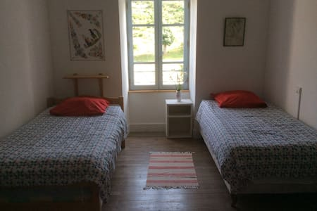 Simple but comfy room for 1 or 2 - Langogne - Bed & Breakfast