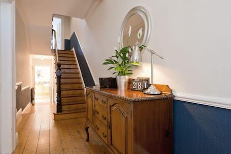 Bright Victorian 3BD Home w Garden - Haus