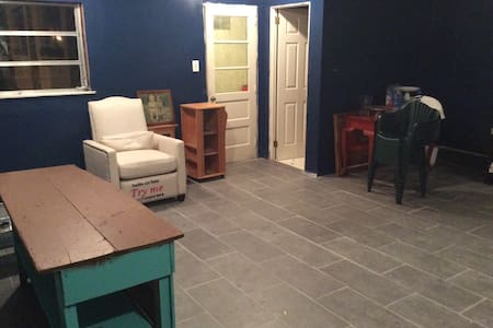 Spacious private entrance! - Drexel Hill - House