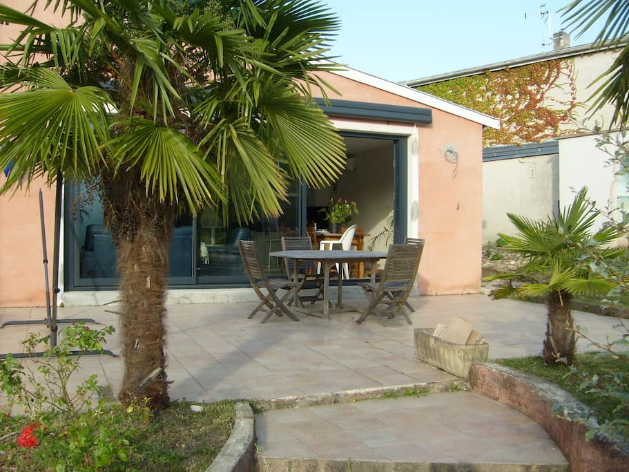 Villa au calme avec piscine jardin villas for rent in for Piscine brignais