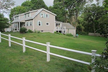 Charming Coastal Home - Haus