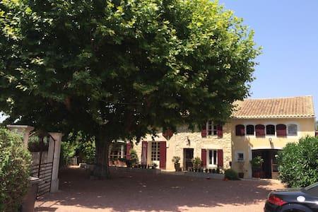 Mas Provençal Eygalieres+petit dej - Bed & Breakfast