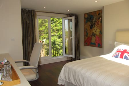 Luxury en-suite bedroom near Tube